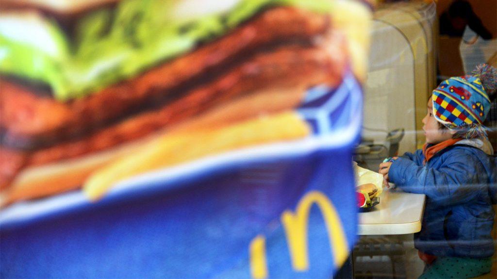 I funzionari di McDonald's in Giappone si inchinano per scusarsi