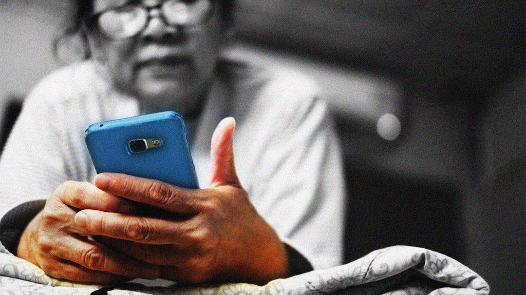 Ktoś używający niebieskiego smartfona