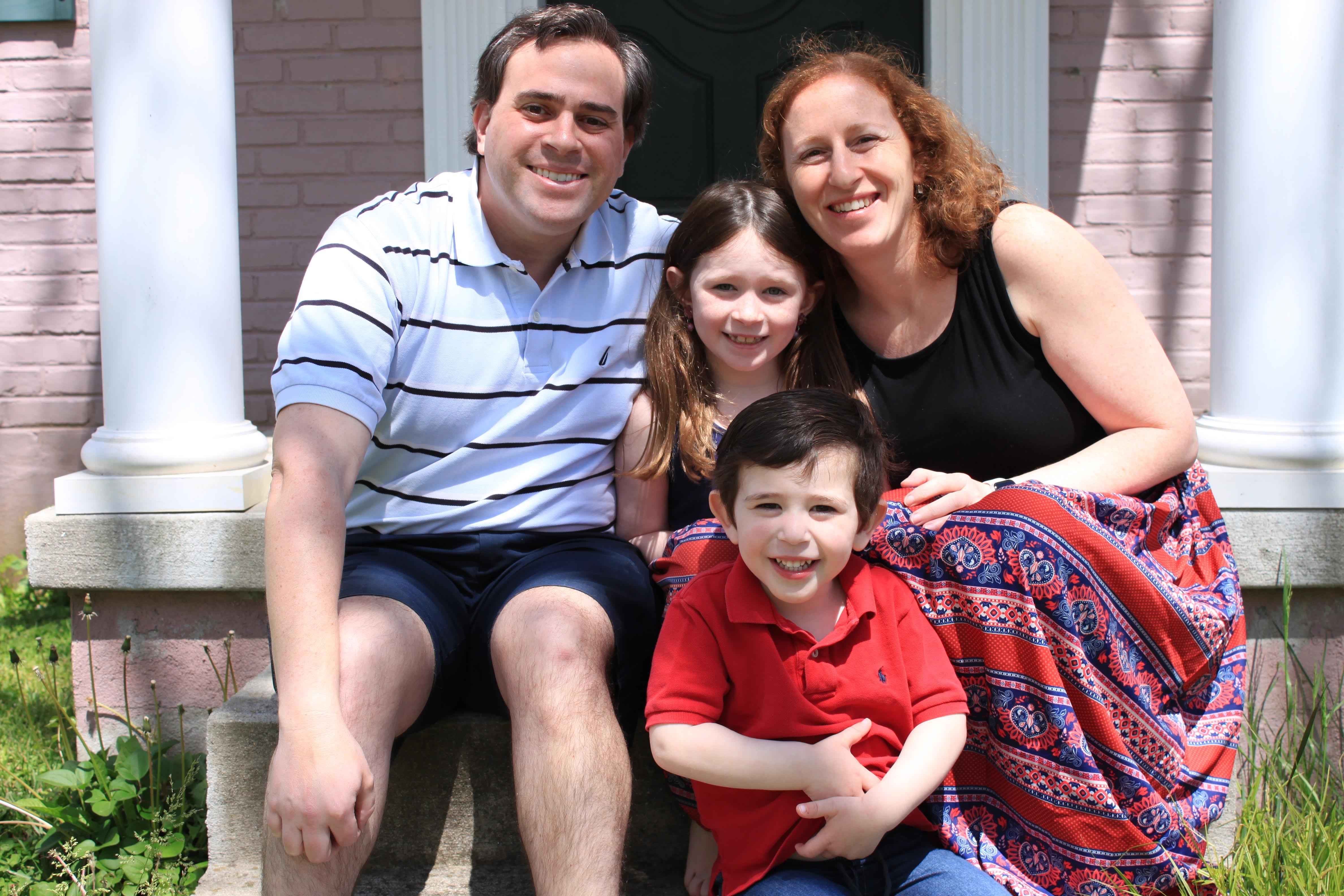 Obiteljski portret - snimio ga je socijalno udaljeni fotograf - Daniela Horowitza sa suprugom, Danom Horowitz, kćerkom Emily i sinom Adamom, 5. svibnja 2020.
