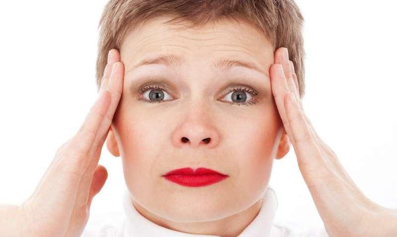 žena s bolesťami hlavy