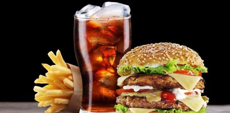 Oferty posiłków kombinowanych i zniżki cenowe na fast foody zachęcają nas do jedzenia większej ilości śmieci. Czas na działania polityczne