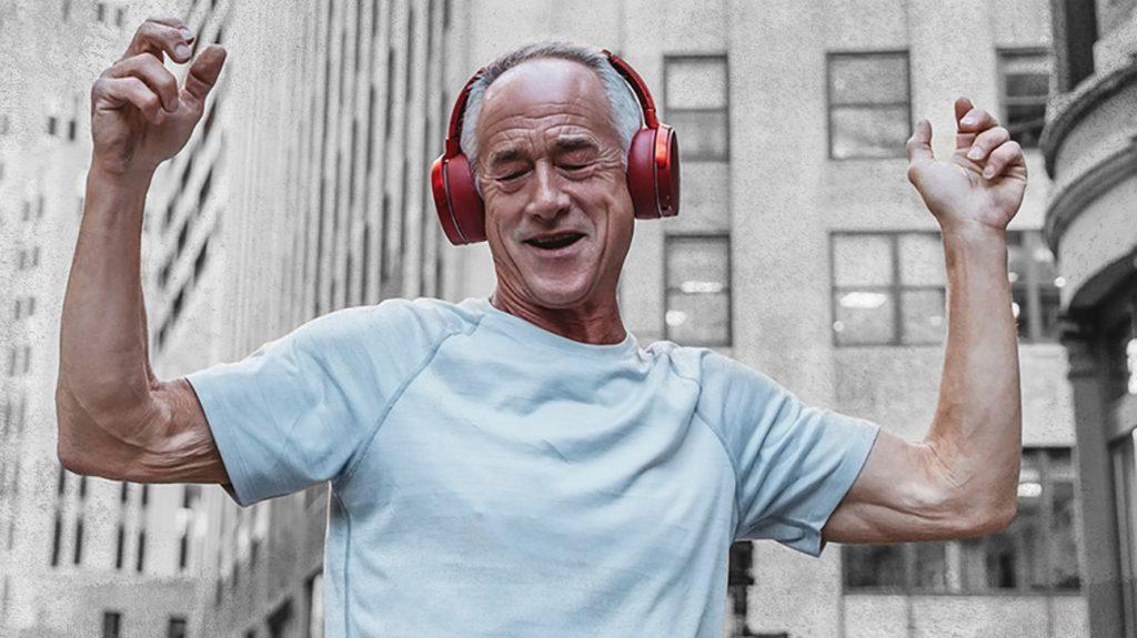 stariji muškarac koji je slušao glazbu u slušalicama