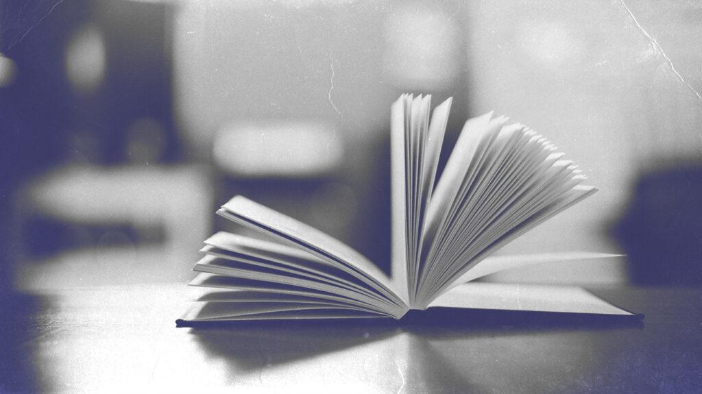 Sebuah buku dengan halaman terbuka tertiup angin