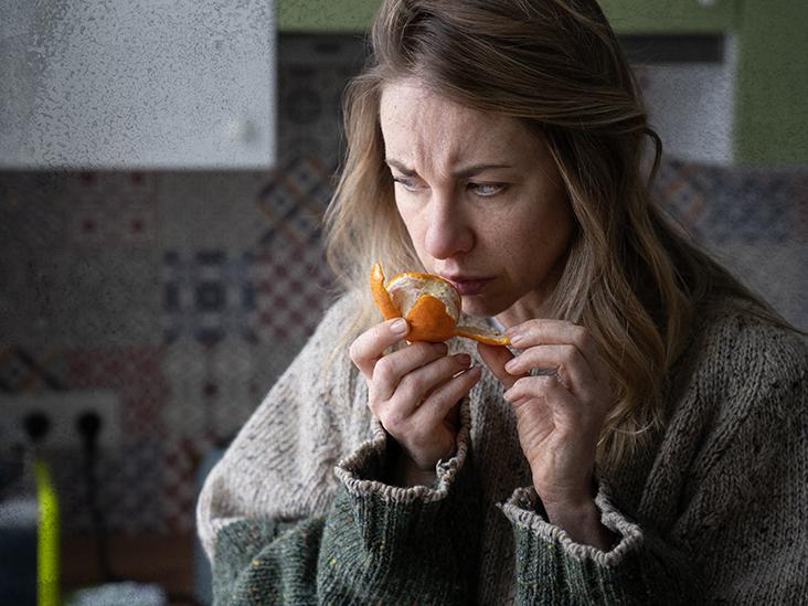 mulher comendo laranja parecendo confusa