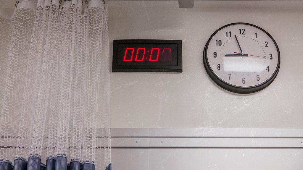 digitale en analoge klokken aan de muur