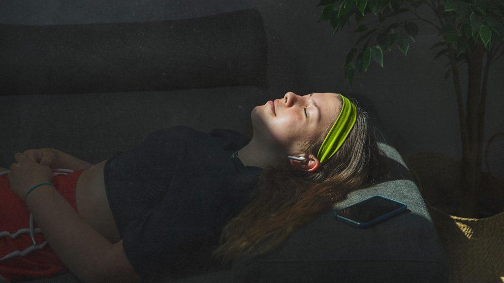 mulher cochilando ao sol após o exercício