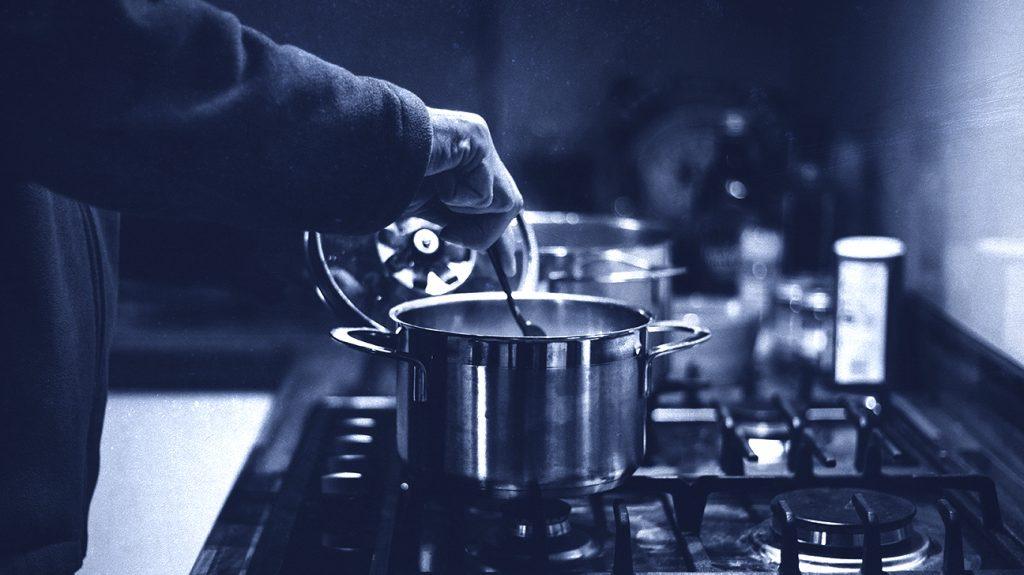 zblízka z ručného varenia jedla na sporáku