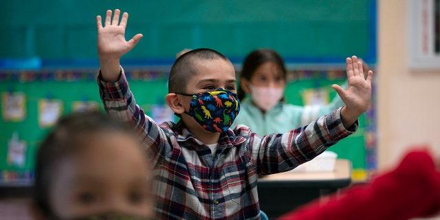 Alunos do jardim de infância participam de uma atividade em sala de aula no primeiro dia de aprendizado presencial na Escola Primária Maurice Sendak em Los Angeles, Califórnia, em 13 de abril. (AP)