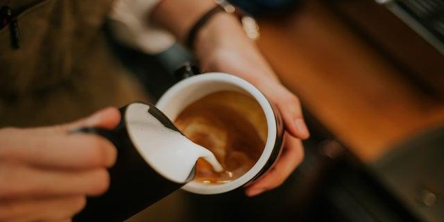 Pravidelná konzumace kávy alespoň jednoho šálku denně byla podle studie spojena s nižším rizikem infekce COVID-19.