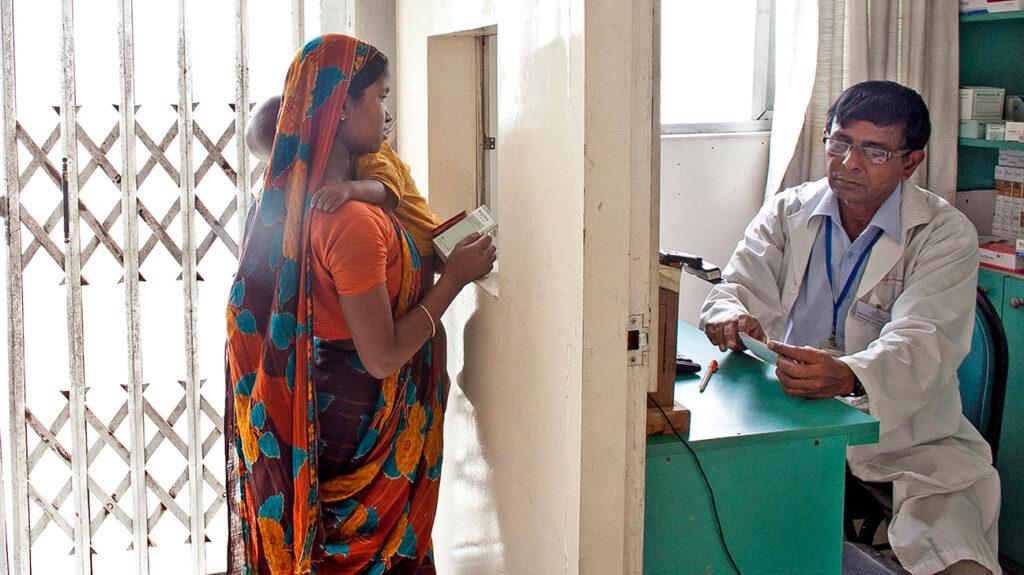 mulher pedindo receita médica