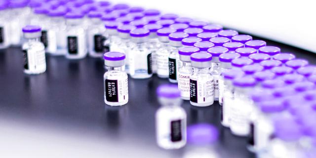 Na ovoj fotografiji iz ožujka 2021. koju je pružio Pfizer, bočice cjepiva Pfizer-BioNTech COVID-19 pripremaju se za pakiranje u pogonu tvrtke u Puursu u Belgiji.