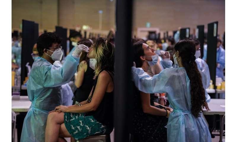O nouă creștere a virusului trimite pacienți mai tineri la spitalele din Spania