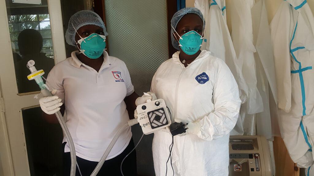 Προσωπικό στο νοσοκομείο Mengo, Ουγκάντα, με την πρωτότυπη συσκευή αναπνοής