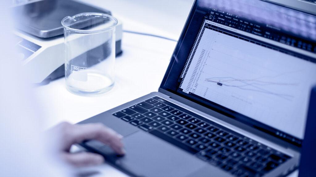 Wetenschapper-analyseert-experimentele-resultaten-op-een-laptop