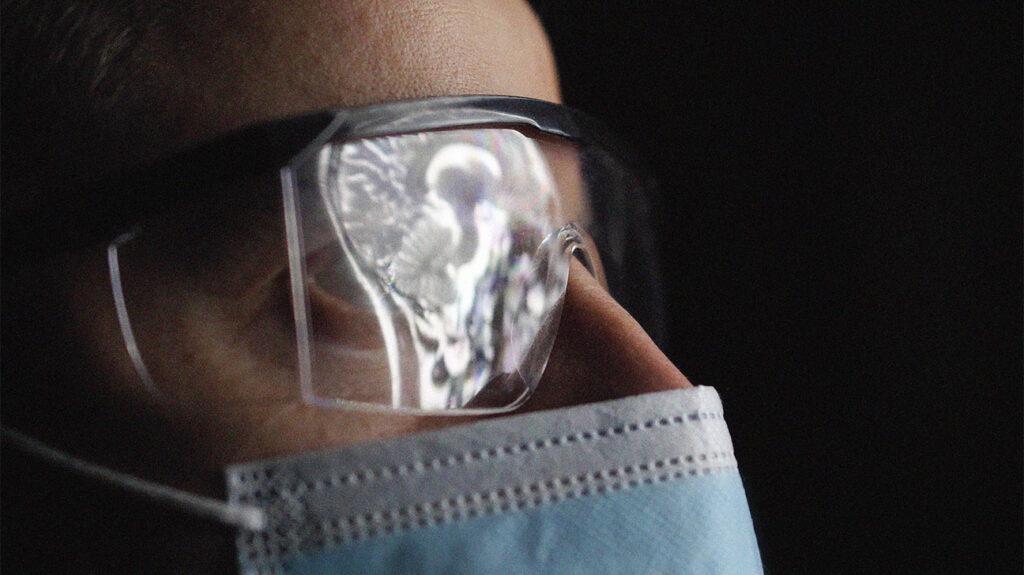 Ιατρικός επαγγελματίας που εξετάζει μια σάρωση εγκεφάλου