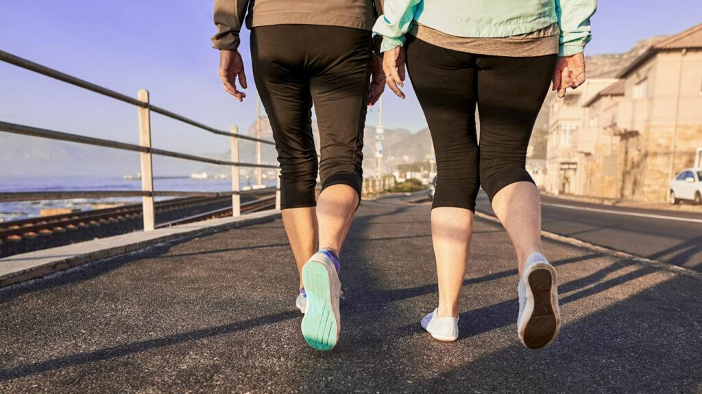 Achteraanzicht-shot-van-twee-senior-female-benen-samen lopen