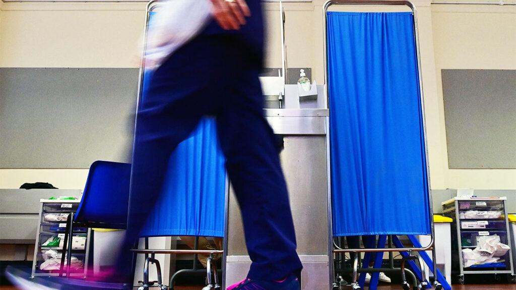záběr nohou zdravotnického pracovníka při chůzi na oddělení
