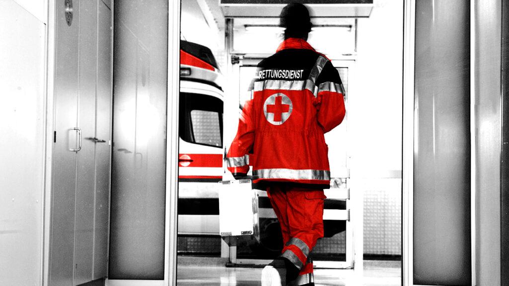 Záchranář se řítí nemocnicí