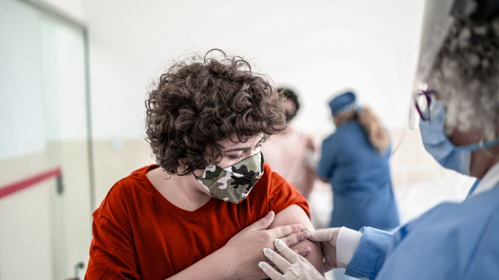 Doktor-duke folur me një djalë adoleshent pas marrjes së vaksinës