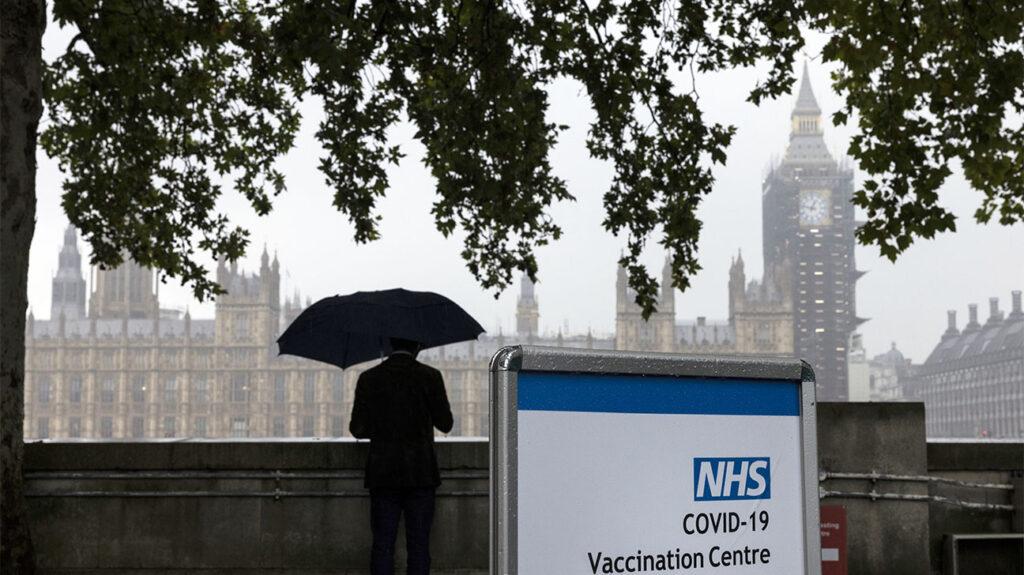 Μια πινακίδα κέντρου εμβολιασμού COVID-19 βρίσκεται στο νοσοκομείο St Thomas απέναντι από το Westminster στις 13 Σεπτεμβρίου 2021 στο Λονδίνο, Ηνωμένο Βασίλειο