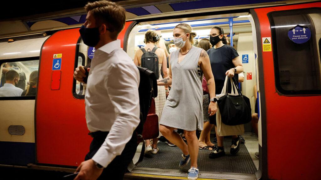 ljudi u prometnoj podzemnoj željeznici, nose maske